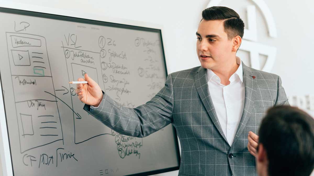 Hans Schneider unterstützt Menschen dabei, sich online optimal zu vermarkten