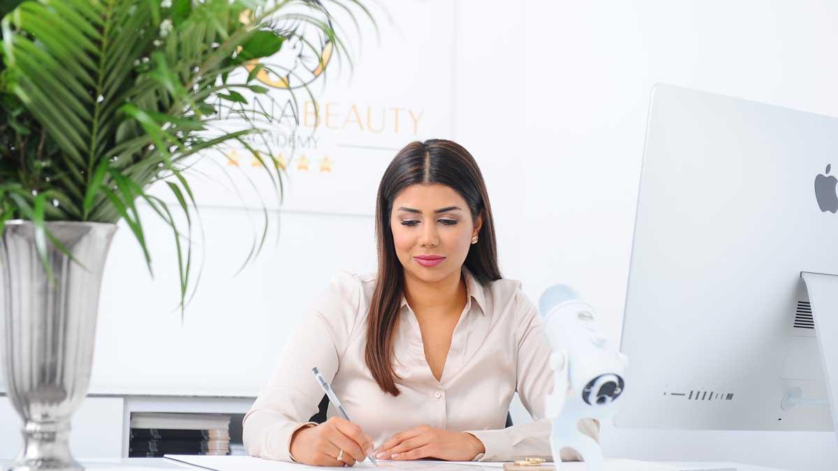 Salmana Ahmad ist die Gründerin der Salmana Beauty Academy