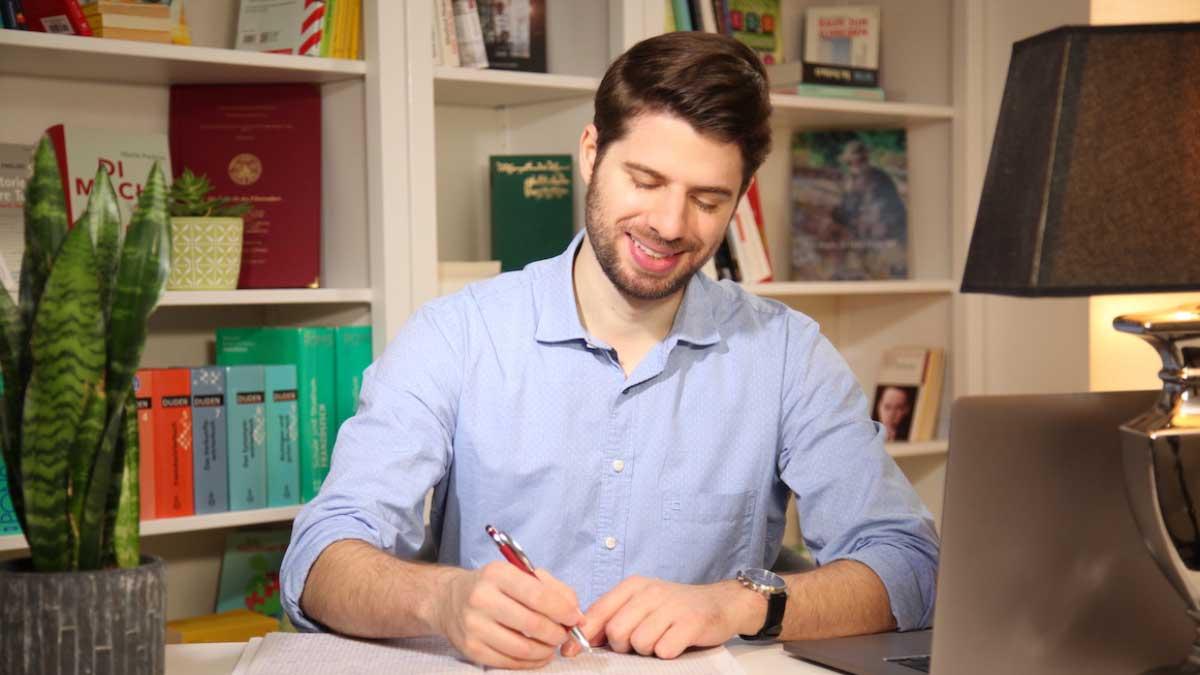 Manuel Kröger unterstützt Studenten dabei, ihre Abschlussarbeit zu schreiben